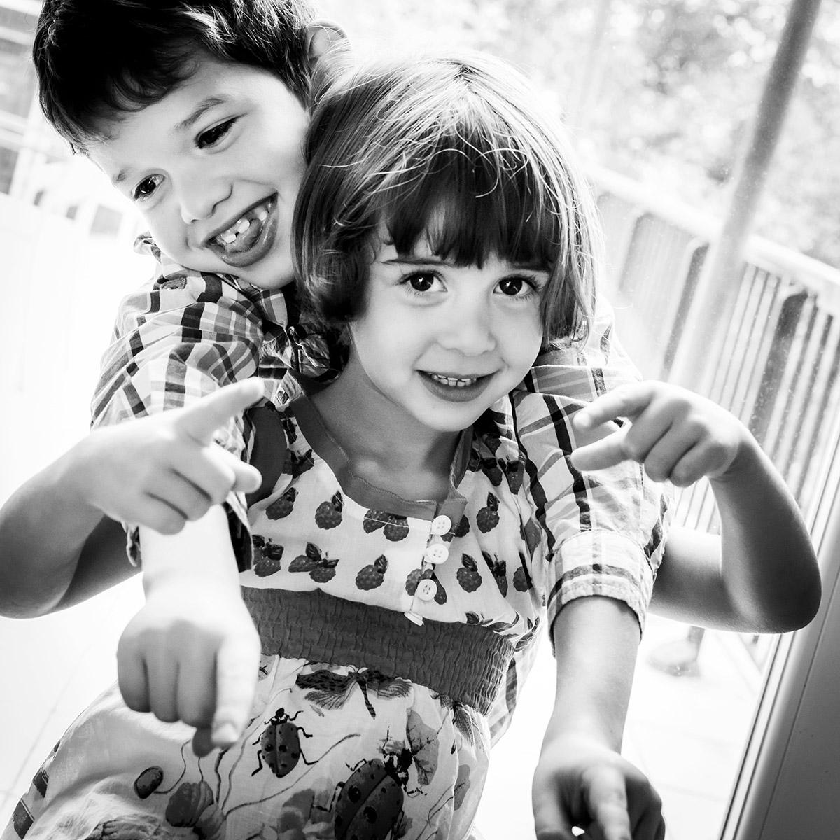 photo domicile portrait famille enfants noir et blanc