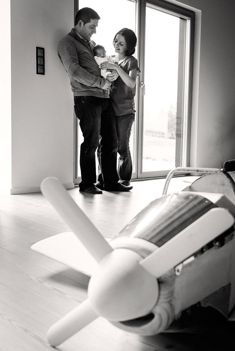 photo domicile portrait famille parents et enfants noir et blanc