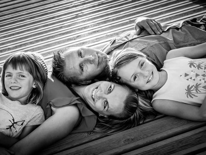 portrait lifestyle exterieur contre jour papa maman et filles famille lorraine