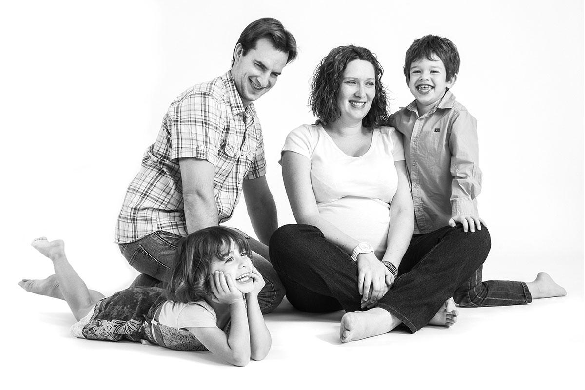 photo studio portrait famille parents et enfants noir et blanc