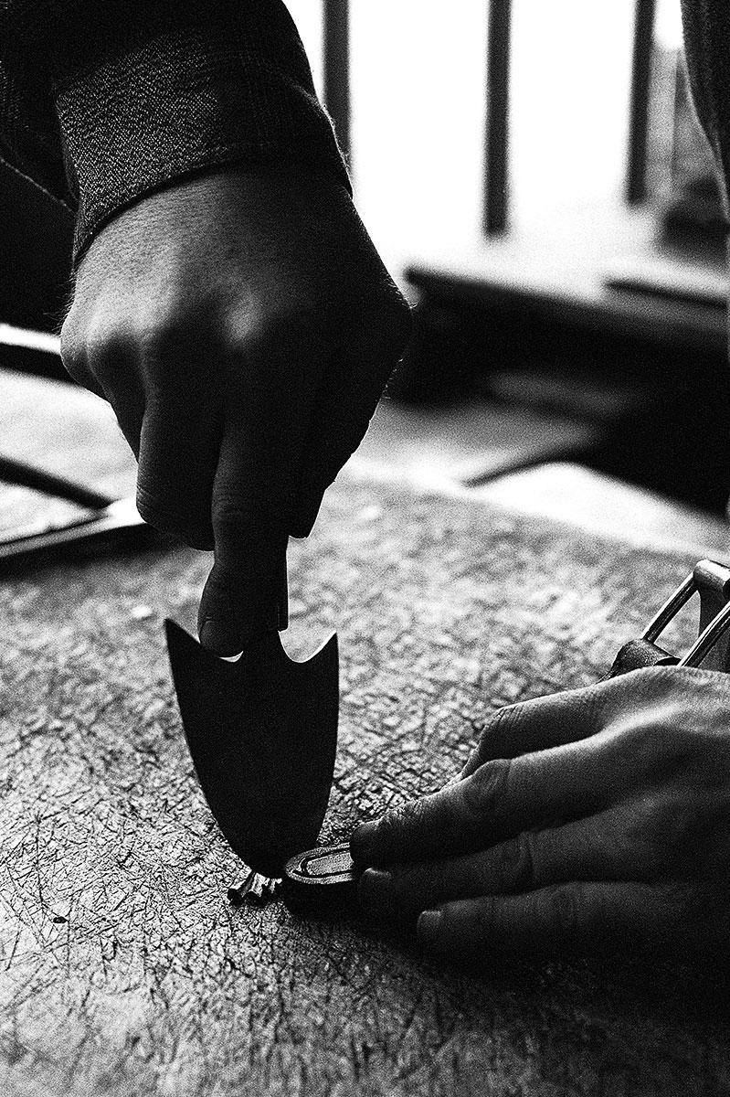 photo reportage métiers anciens patrimoine Loire sellier sur cuir