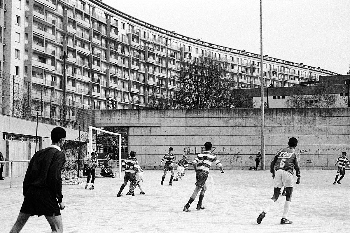 photo reportage noir et blanc grenoble foot enfants citée