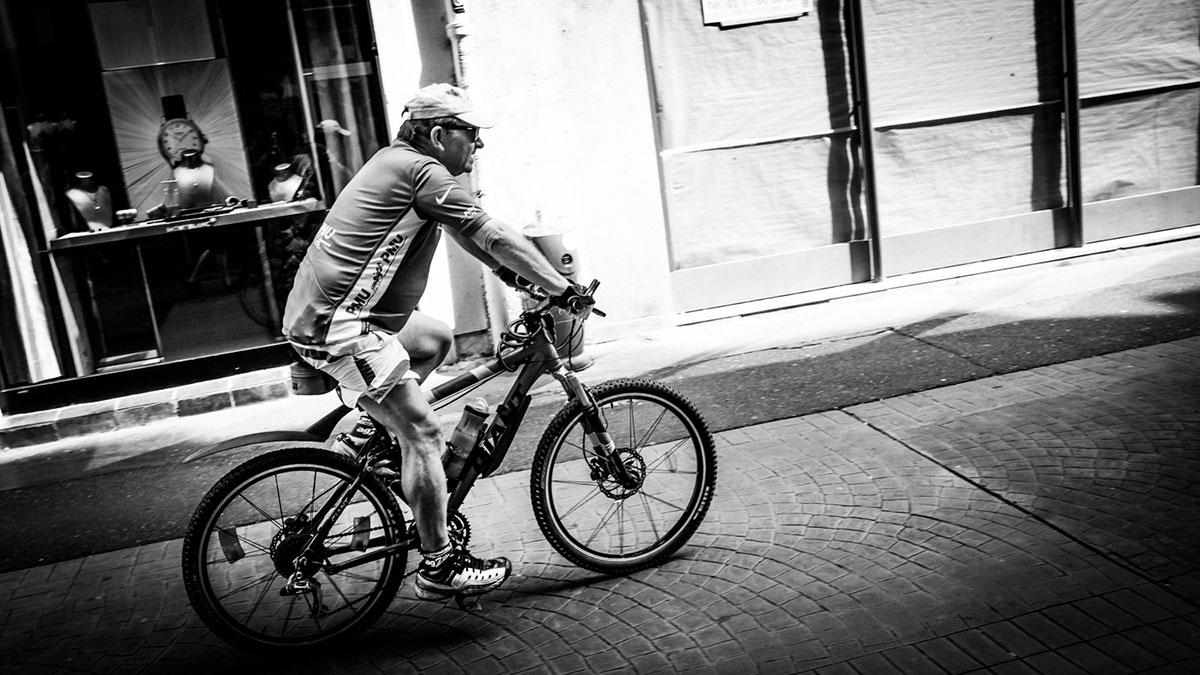 street photography photo de rue noir et blanc metz vélo cycliste