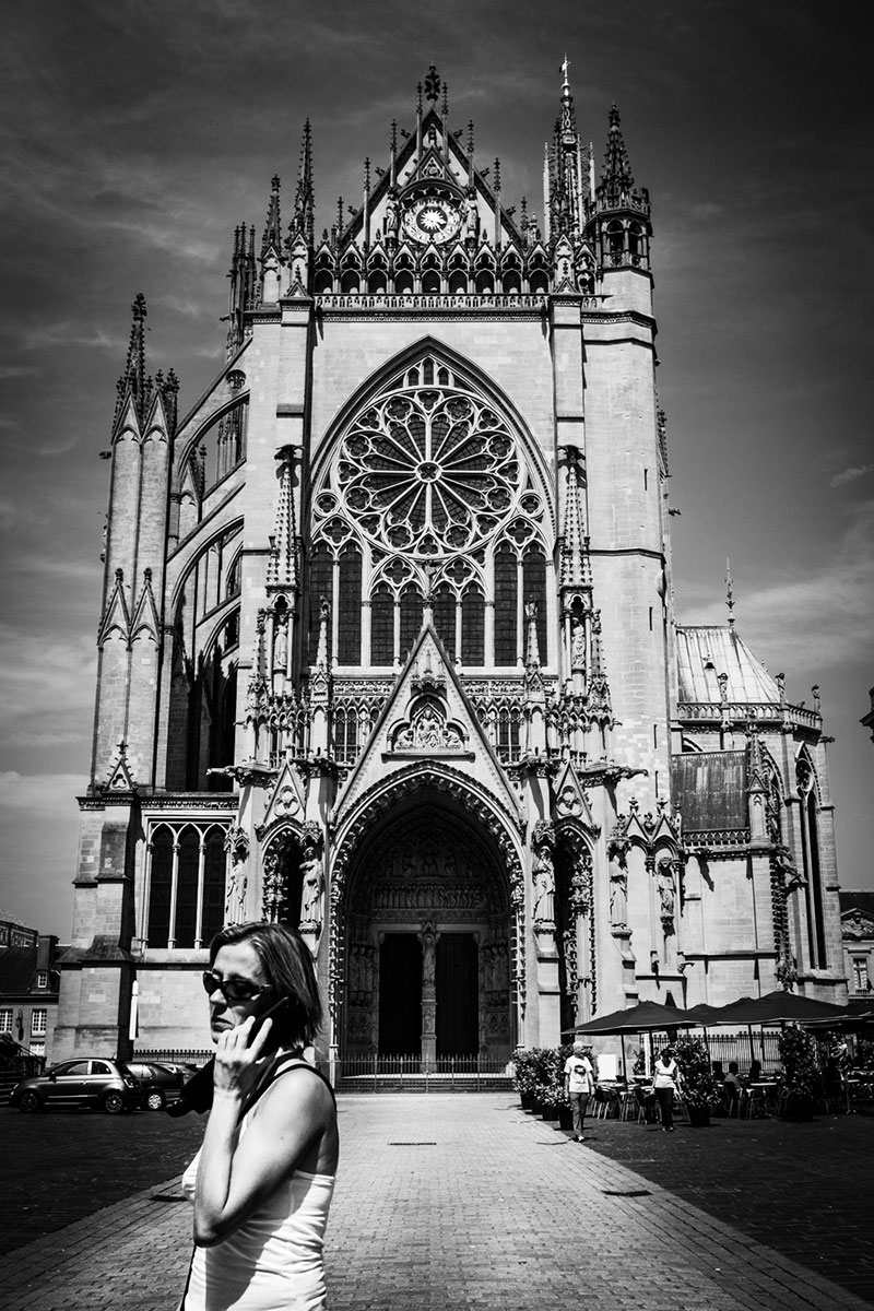 street photography photo de rue noir et blanc metz cathedrale