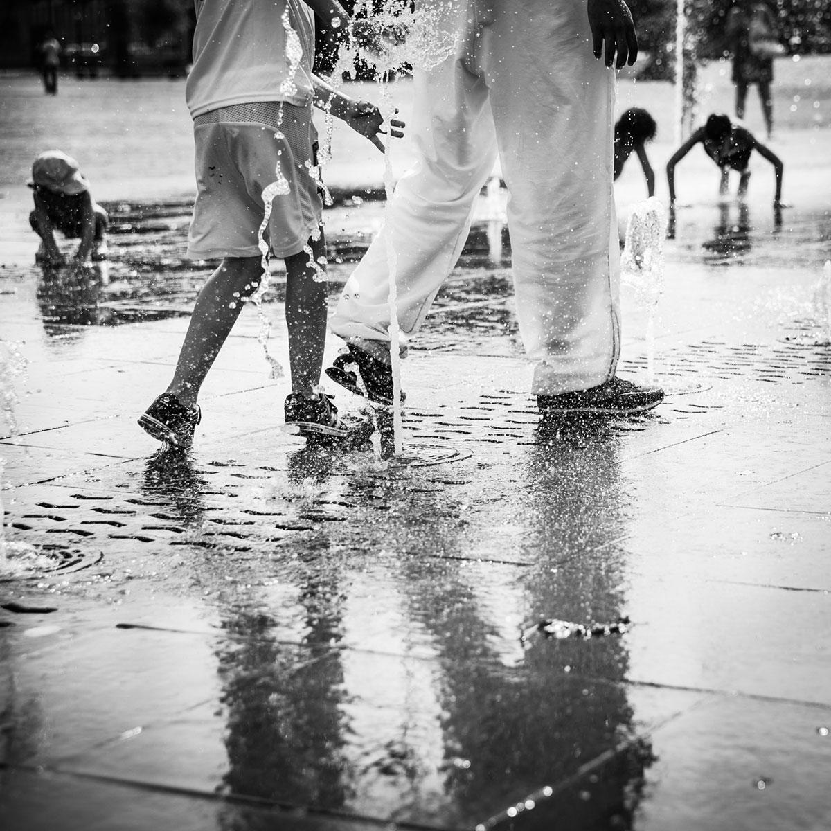 street photography photo de rue noir et blanc metz été jet d'eau