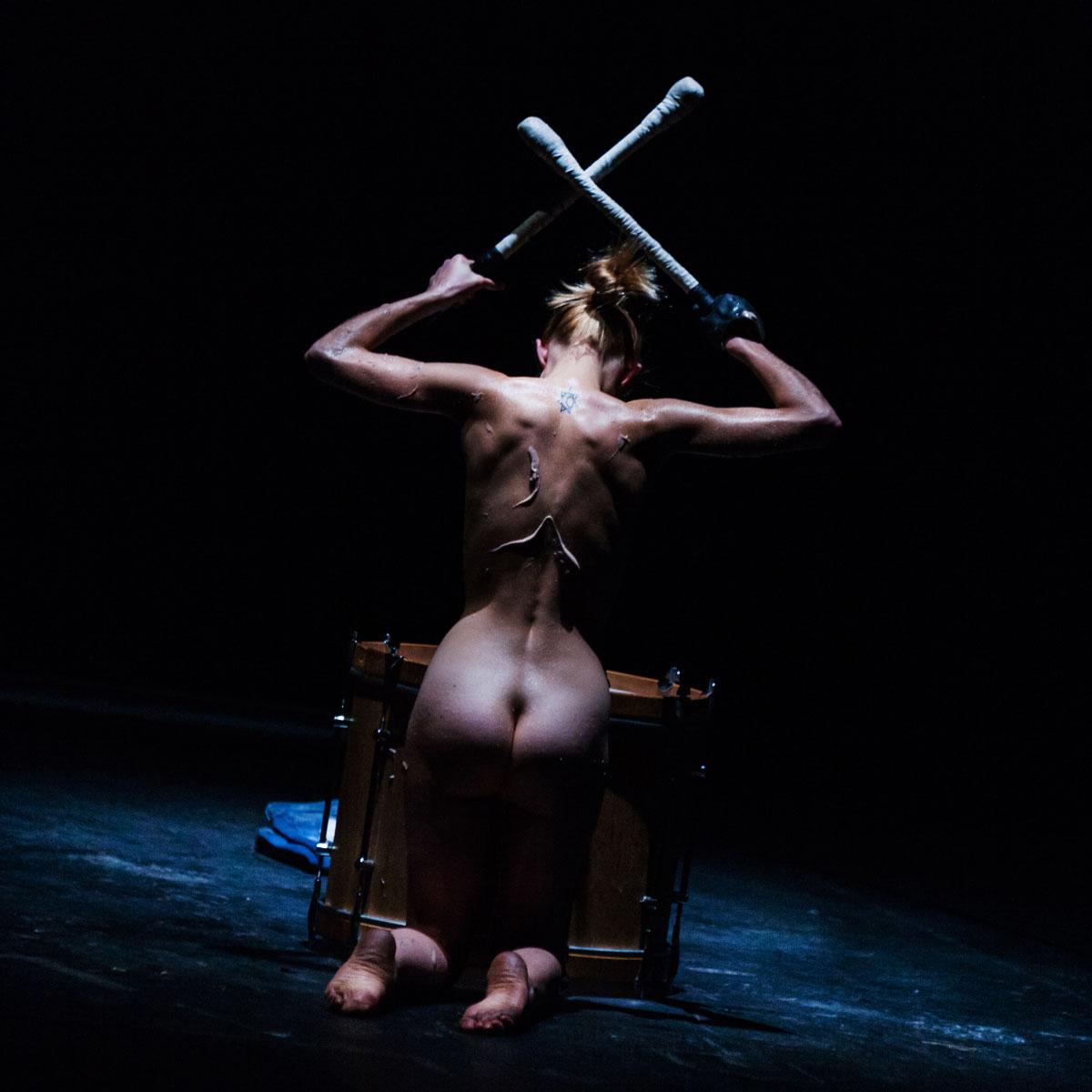 photo théâtre mise en scène castellucci hey girl femme tambour