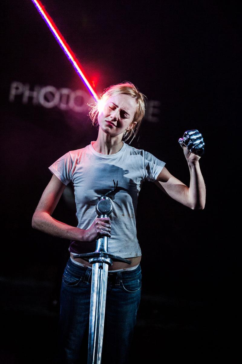 photo théâtre mise en scène castellucci hey girl femme laser