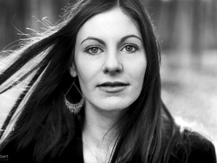 portrait femme noir et blanc extérieur worshop