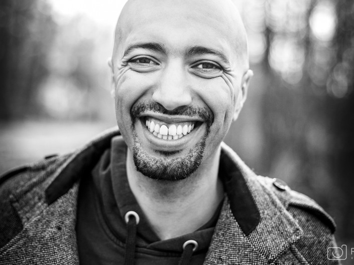 portrait homme noir et blanc extérieur worshop